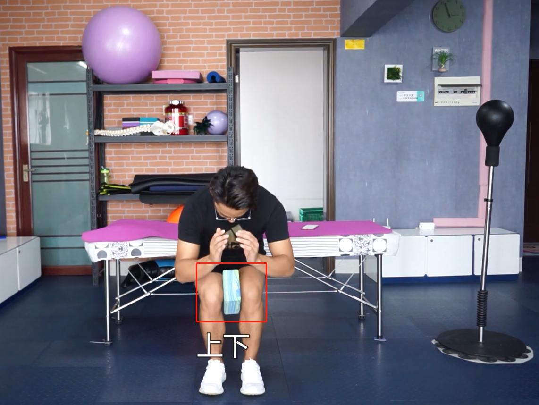 瑜伽砖练膝盖